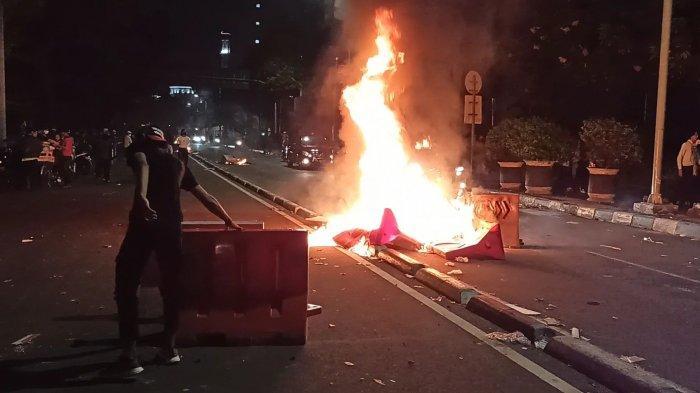 Massa Aksi Tolak UU Cipta Kerja Bakar Pembatas Jalan, Asap Hitam Membumbung di Jalan Budi Kemuliaan