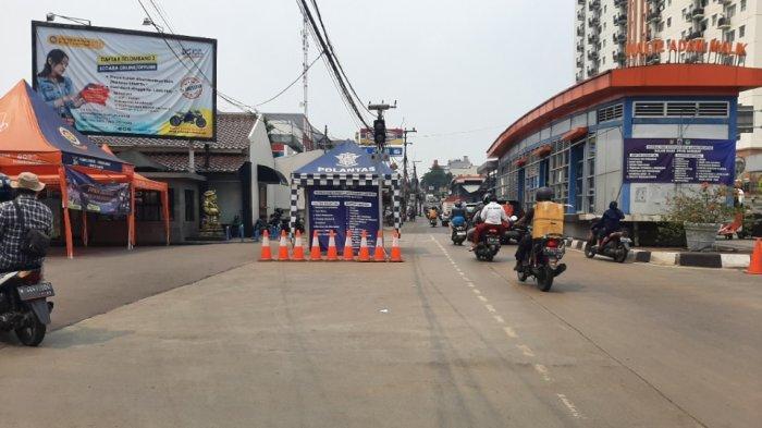 Pembatasan di pos PPKM Level 4 di Jalan Ciledug Raya, Pesanggrahan, Jakarta Selatan, tepatnya di depan Universitas Budi Luhur, dibuka pada Selasa (3/8/2021).