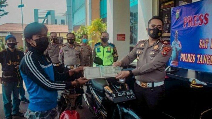 Pemberian sepeda motor dari Polres Tangsel kepada Marwan di Mapolres Tangsel, Serpong, Senin (26/4/2021).