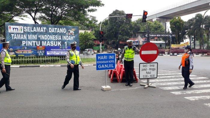 Pemberlakuan gage di Jalan Taman Mini 1 akses masuk Taman Mini Indonesia Indah (TMII) di Cipayung, Jakarta Timur, Jumat (17/9/2021).
