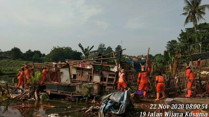 Cegah Banjir, Petugas Gabungan Bongkar Pemancingan Liar di Waduk Munjul
