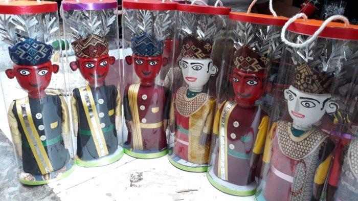 Penjual Miniatur Ondel-Ondel Berharap Berkah pada HUT Jakarta