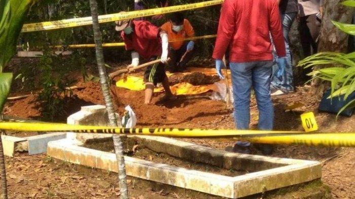 Kepolisian dan warga Desa Cipalabuh, Kecamatan Cijaku, Kabupaten Lebak, Banten melakukan pengangkatan jenazah yang diduga korban pembunuhan, Sabtu (12/9/2020).(Istimewa)