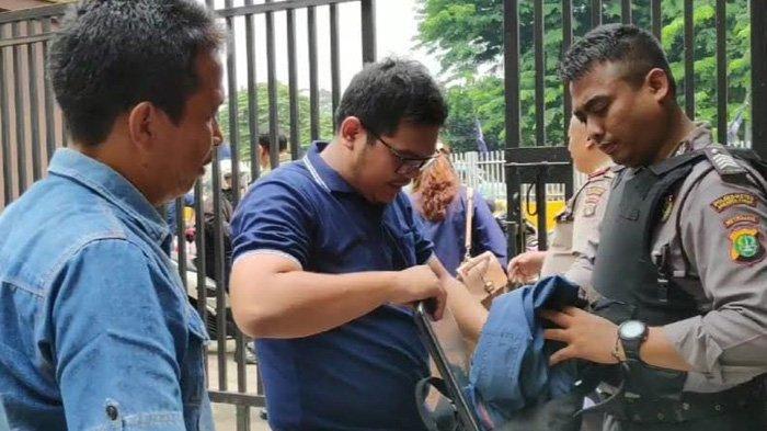 Pemohon SKCK Dukung Pengamanan Masuk Polrestro Jakarta Timur Diperketat