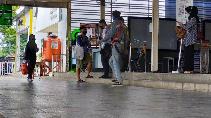 Tak Sertifikat Surat Vaksin, Sejumlah Penumpang di Stasiun Manggarai Bawa Surat Dokter Naik KRL