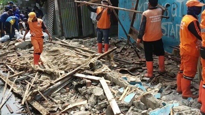 Sebabkan Penyempitan, Rumah di Atas Kali Gubuk Genteng Dibongkar