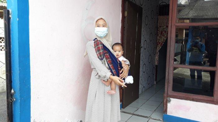 Ihdina Auliyarahma saat menunjukkan lokasi parkir motor miliknya yang dicuri, Ciracas, Jakarta Timur, Rabu (16/6/2021).