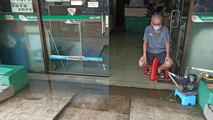 Rukonya Kebanjiran, Pemilik Studio Foto di Pejagalan Terpaksa Pompa Air Sendiri
