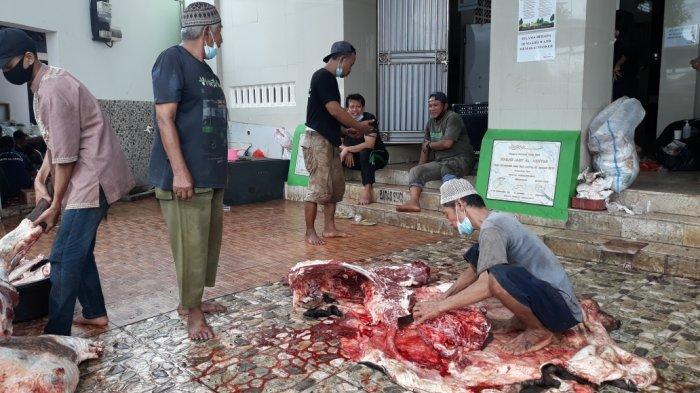 Proses pemotongan daging hewan kurban di Masjid Jami Al-Akhyar, Kelurahan Gedong sebelum didistribusikan ke warga di Pasar Rebo, Jakarta Timur, Rabu (21/7/2021).