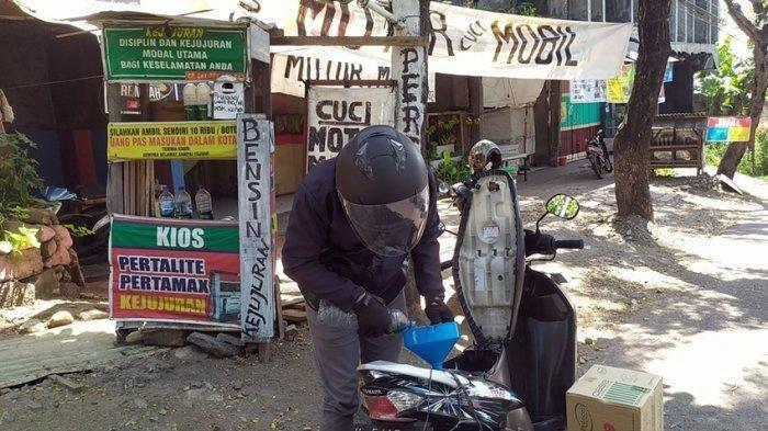 Pemotor saat mengisi bensin di kios kejujuran milik Mbah Minto di turunan Silayur atau di RT 1 RW 4 kampung Duwet, Beringin Ngaliyan, Kota Semarang, Selasa (13/7/2021).