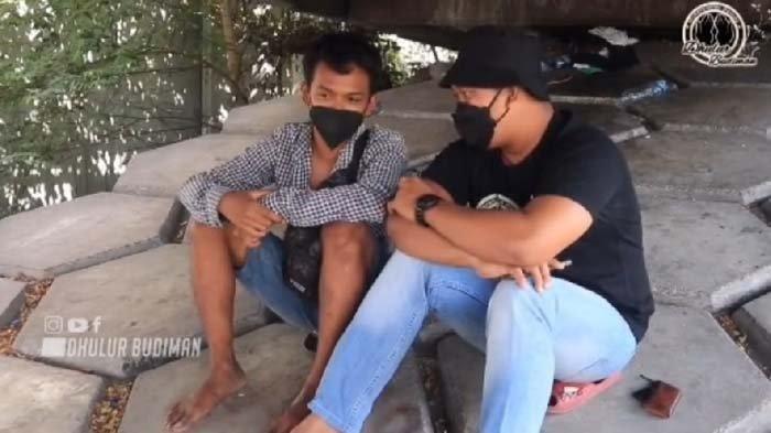 Viral di Medsos, Kisah Sebenarnya Pemuda Tinggal di Kolong Jembatan Tol Menolak Saat Mau Diberi Uang