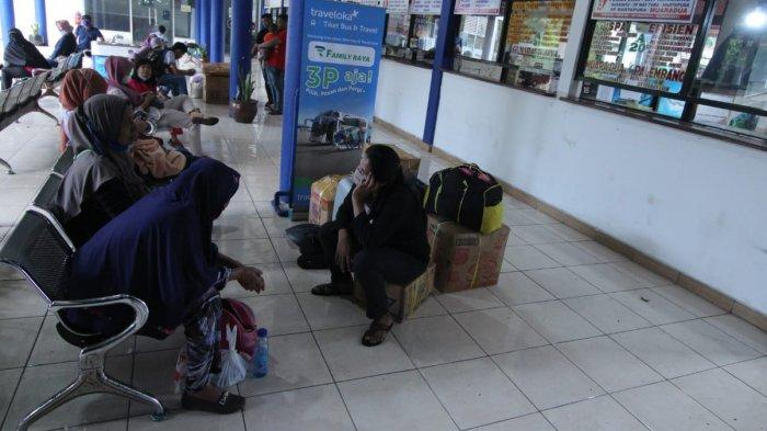 Pemudik yang sudah memenuhi Terminal Poris Plawad Kota Tangerang menjelang larangan mudik pada tanggal 6-17 Mei 2021, Selasa (4/5/2021).