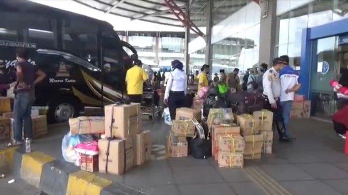 Suasana di Terminal Terpadu Pulogebang, Cakung, Jakarta Timur mulai dipadati penumpang yang hendak mudik, Senin (3/5/2021)