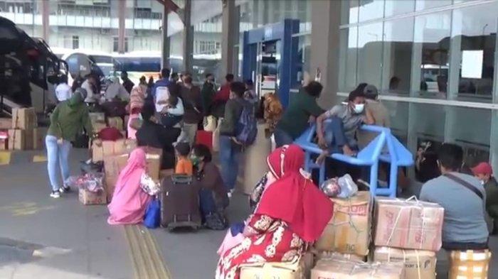 Terminal Pulogebang Mulai Dipadati Penumpang, Ratusan Orang Sudah Tinggalkan Jakarta Hari Ini