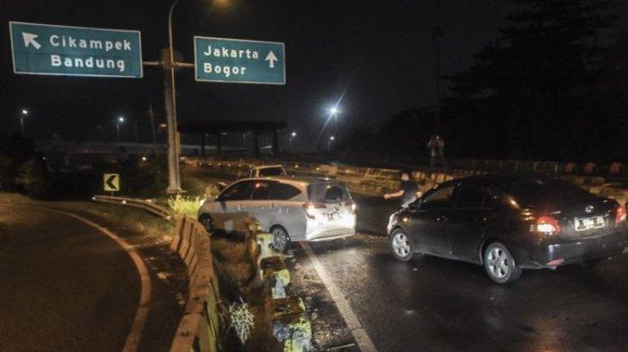 Nekat, Pemudik Terobos Pembatas Jalan Tol Jakarta-Cikampek Demi Bisa Sampai ke Kampung Halaman
