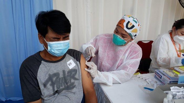 Pemulung peserta vaksinasi Covid-19 saat proses penyuntikan dengan vaksin jenis AstraZeneca di Cakung, Jakarta Timur, Sabtu (4/9/2021).