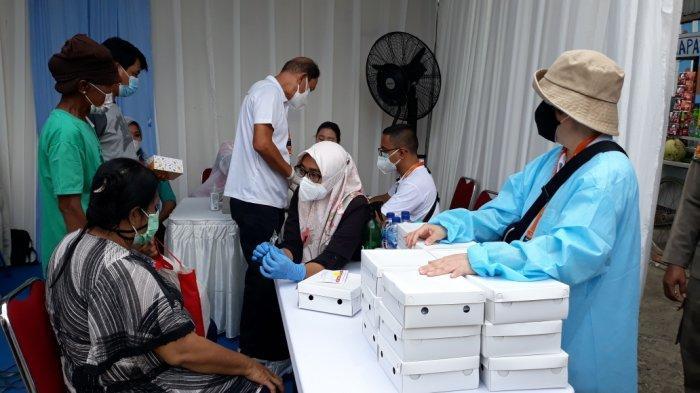 Dapat Sembako, Ratusan Pemulung di Cakung Antusias Ikuti Vaksinasi Covid-19
