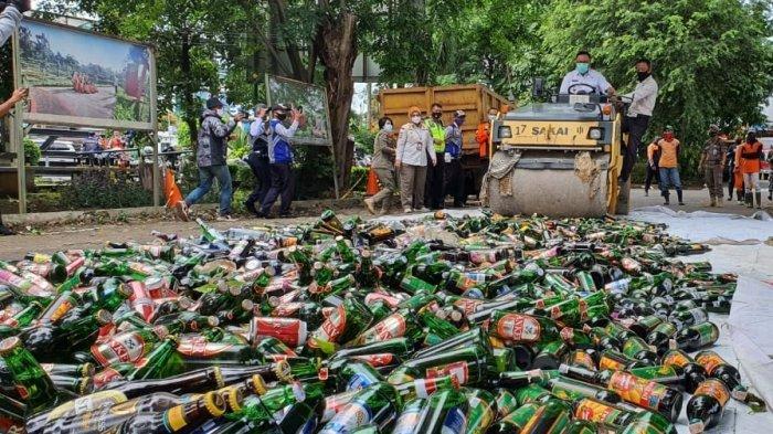 Pemusnahan ribuan botol minuman keras di halaman Balai Kota Depok, Rabu (30/12/2020).