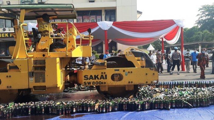12.115 Botol Miras Hasil Cipta Kondisi 3 Bulan Terakhir di Jakarta Timur Dimusnahkan
