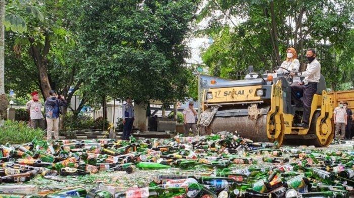 Kepala Satpol PP Kota Depok, Lienda Ratnanurdianny, memusnahkan ribuan botol miras menggunakan alat berat, Rabu (30/12/2020).