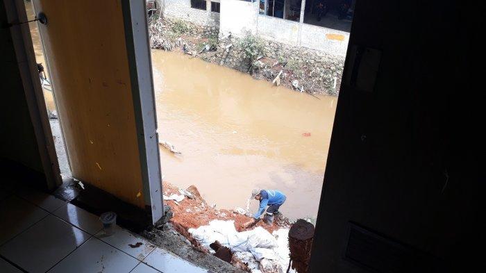 1 Dapur dan 2 Kamar Mandi Milik Warga Pondok Pinang di Bantaran Kali Longsor