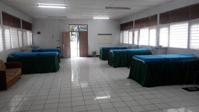 Penampakan kasur yang akan digunakan pasien Orang Tanpa Gejala Covid-19 di gedung Karang Taruna RW 003 Pondok Labu pada Selasa (19/1/2021).