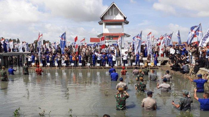 Kapolri dan Panglima TNI Tanam Bibit Mangrove dan Sebar Sejuta Benih Ikan di Pesisir Mauk