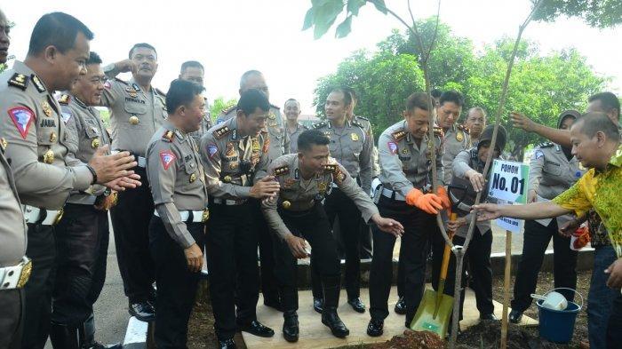 Cegah Banjir, Jajaran Ditlantas Polda Metro Tanam Pohon di Satpas SIM Daan Mogot
