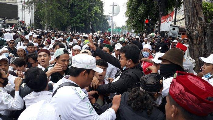 Suasana seorang terduga pencopet yang nyaris dihakimi massa ketika keluar dari Pos Polisi Sabang, Menteng, Jakarta Pusat pada Senin (2/11/2020).