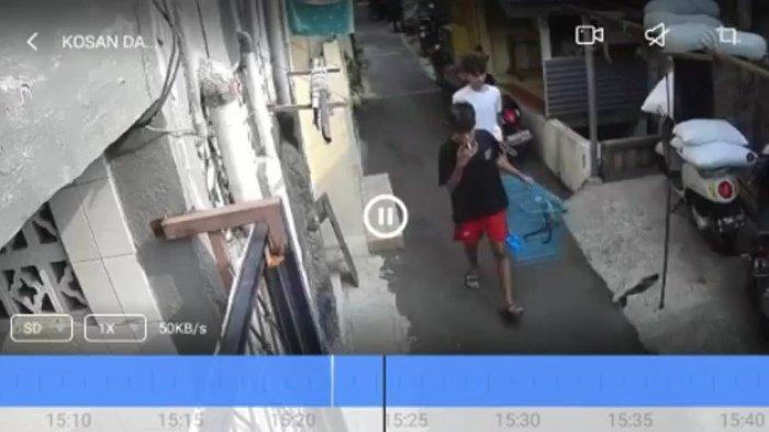 Santainya 2 Pria Pencuri Musang Sambil Tenteng Kandang Melewati Gang di Johar Baru Jakarta Pusat