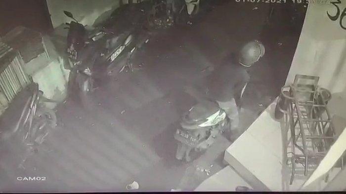 Maling Motor Terekam Kamera CCTV, Dikejar Bocah Tapi Berhasil Kabur