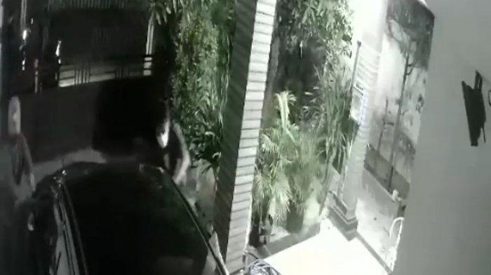 Aksi Nekat Pencuri Spion Mobil di Jagakarsa, 2 Pelaku Panjat Garasi Rumah