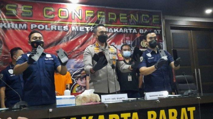 Polres Metro Jakarta Barat membongkar kasus pencurian 14 Iphone 11 Pro Max di Ruko Cengkareng, Jakarta Barat, Rabu (14/4/2021).