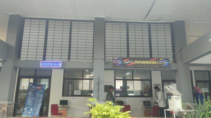 Suasana di posko pelayanan PPDB Sudin Pendidikan Wilayah I Jakarta Timur. Orang tua siswa masih alami sejumlah kendala di hari terakhir pendaftaran, Jumat (11/6/2021)