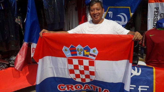Meriahkan Nonton Bareng Piala Dunia Bersama Teman Kantor, Pria Ini Buru Bendera Kroasia