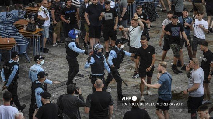 Pendukung Manchester City bentrok dengan polisi di Ribeira di Porto pada 28 Mei 2021 pada malam pertandingan final Liga Champions UEFA antara Manchester United dan Chelsea di stadion Dragao.