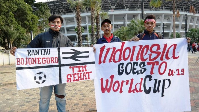 Cerita Tiga Pemuda Bojonegoro yang datang ke SUGBK Demi Dukung Timnas Indonesia Lolos Piala Dunia