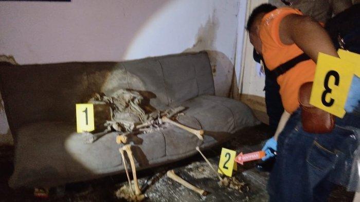 Kerangka Manusia di Rumah Kosong, Warga Tak Cium Bau & Ditemukan Duduk di Sofa Tertutup Jas Hujan