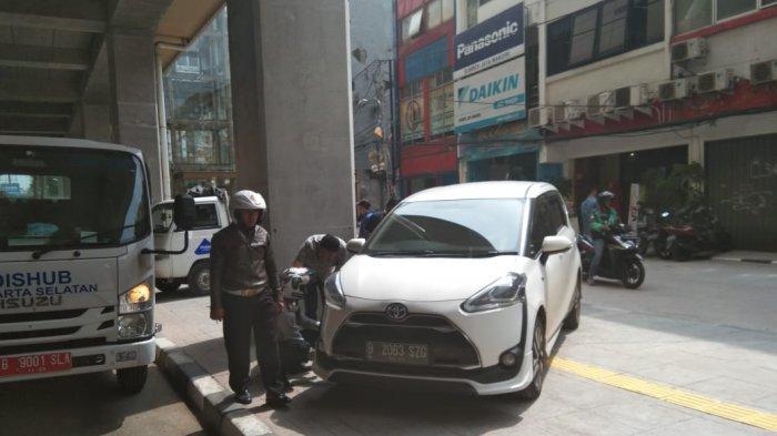 Petugas Dishub Gembosi 31 Ban Motor, Pelaku Parkir Sembarangan Keluhkan Lahan di Stasiun MRT Hj Nawi