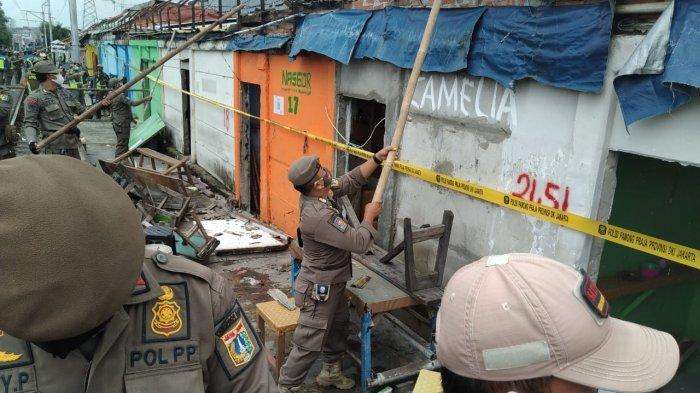 Petugas Satpol PP DKI Jakarta saat melakukan penertiban di area lokalisasi Gang Royal, Penjaringan, Jakarta Utara, Rabu (9/12/202).