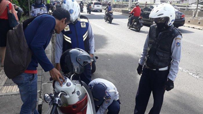 Endang Hanya Bisa Pasrah saat Motornya Kena Operasi Cabut Pentil di Tebet