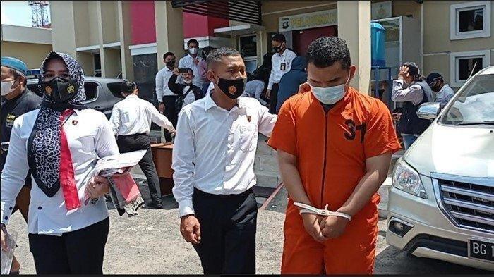 JN (22) oknum pengasuh dan pengajar di salah satu Ponpes di Ogan Ilir ditangkap anggota Subdit IV Reknata Ditreskrimum Polda Sumsel karena diduga mencabuli belasan santri laki-laki, Rabu (15/9/2021).