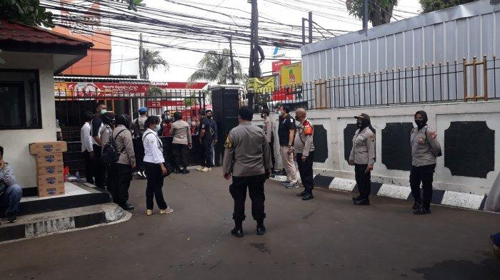 Penjagaan Ketat Polisi di PN Jaksel Selama Sidang Praperadilan Rizieq Shihab, Begini Situasinya - pengamanan-di-pn-jaksel-3.jpg