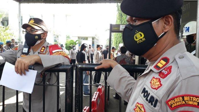 Tampak penjagaan aparat di Pengadilan Negeri Jakarta Timur saat sidang putusan Rizieq Shihab, Kamis (27/5/2021).