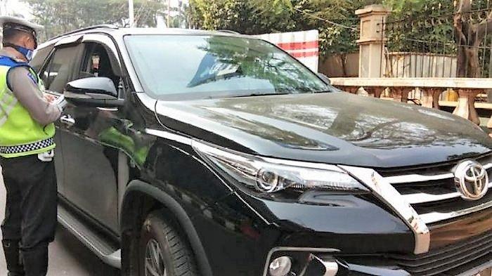 Mobil Fortuner Tabrak Gerobak Gorengan & Pemotor, Pengemudi Diamuk Massa di Gerbang Tol Ciledug 2