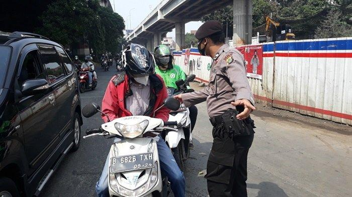 Pengendara yang belum mengetahui penambahan pos penyekatan PPKM Darurat di Jalan DI Panjaitan menuju Kampung Melayu, Jatinegara, Jakarta Timur, Kamis (15/7/2021).