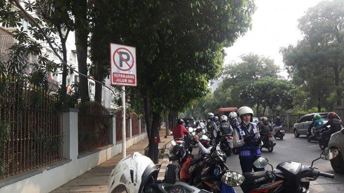 Panik Ban Sepeda Motornya Digembosi Petugas, Pemilik Motor yang Parkir Sembarangan Terbirit-birit