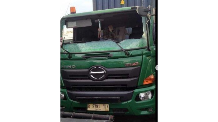 Viral video pengendara mobil Mitsubishi Pajero melakukan aksi arogan kepada sopir truk trailer di Tanjung Priok, Jakarta Utara, Sabut (26/6/2021) sekira pukul 10.00 WIB. Dalam video yang beredar di media sosial (medsos) tampak pengendara Pajero menghancurkan kaca depan truk trailer.