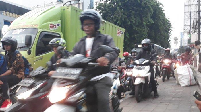 Tak Ada Petugas, Ratusan Sepeda Motor Lintasi Jalur Sepeda Hingga Trotoar di Jalan Tomang Raya