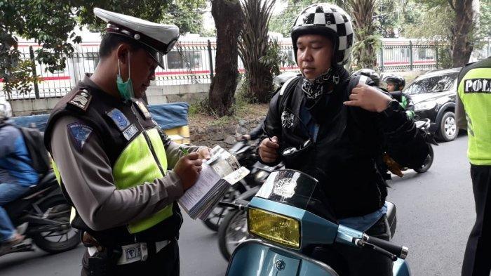 Pengendara Vespa Excel 1995 Ditilang Polisi Gara-gara Tak Ada SIM dan Plat Nomor Hanya Stiker